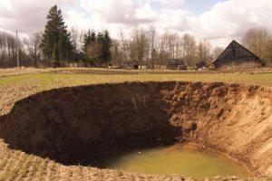 Geologai prognozuoja: pavasarį gali atsiverti naujų didelių smegduobių