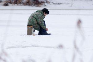 Aplinkosaugininkai: ir ant storo ledo smaigai žvejams yra privalomi