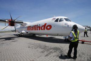 Lėktuvo keleiviams surengė šou: nuogas studentas puolė glėbesčiuoti stiuardeses