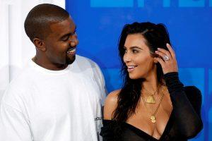 K. Kardashian po Kalėdų eglute rado itin brangią sutuoktinio dovaną