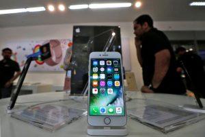"""Sukėlė įsiūtį: """"Apple"""" išties nuotoliniu būdu lėtino mobiliųjų telefonų spartą"""