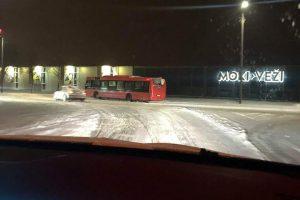 Kauno gatvėse – gausu avarijų: į šviesoforą rėžėsi ir autobusas