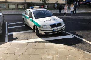 Kaunietis apie policijos automobilių statymo ypatumus: kaip nori, taip ir numeta