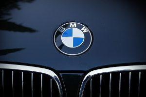 BMW trenkėsi į medį, keleivis – reanimacijoje