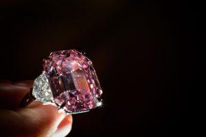 """""""Neprilygstamas rožinis deimantas"""" Ženevos aukcione pasiekė kainos rekordą"""