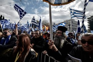 Tūkstančiai žmonių Atėnuose protestavo prieš pavadinimo susitarimą su Makedonija