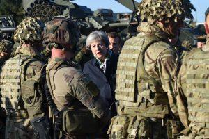 Britų premjerė: NATO kariai Baltijos šalyse dislokuoti Rusijai atgrasyti