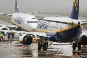 """Vėluojant """"Ryanair"""" orlaiviui, keleivis spruko per avarinį išėjimą"""
