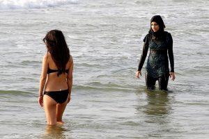 Viename Turkijos rajone praeivius vilioja prostitutės, kitame pageidaujama šariato