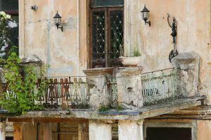 Kaimynų balkonas kelia grėsmę – kur kreiptis?