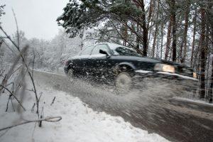 Rytą eismo sąlygas vakarų Lietuvoje sunkina snygis