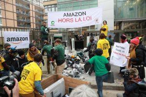 """Prancūzijoje aplinkos gynėjai """"juodąjį penktadienį"""" protestavo prie """"Amazon"""" būstinės"""