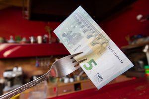 Prieštaringas siūlymas: darbuotojus skatins ne tik pinigais?