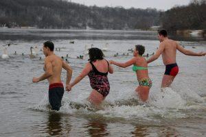 Maudynės lediniame vandenyje: būdas greitai numirti ar sveikatos šaltinis?