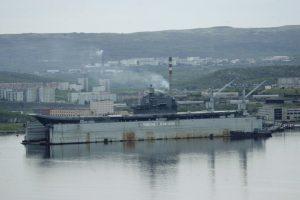 Perkeliant Rusijos lėktuvnešį nuskendo plaukiojantis dokas: sužeisti 4 žmonės