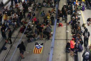 Už Katalonijos nepriklausomybę pasisakantys protestuotojai blokuoja kelius
