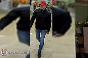 Panevėžyje pavogta moteriška striukė: gal atpažįstate įtariamąjį?
