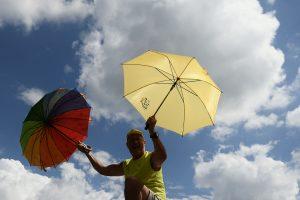 Laužomi stereotipai: vyrai raginami nešioti skėčius nuo saulės