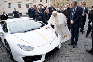 "Popiežius aukcione parduoda savo ""Lamborghini"""