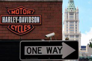"""D. Trumpas sukritikavo """"Harley-Davidson"""", besidairantį, kur iš JAV perkelti gamybą"""