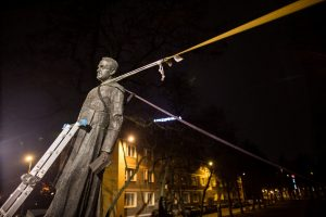 Lenkijoje aktyvistai nuvertė pedofilija kaltinamo kunigo statulą