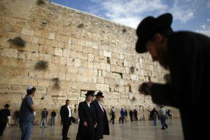 Žydų ultraortodoksai užpuolė lygių teisių melstis siekiančias moteris