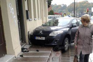 Birštono gatvėje automobilis užlėkė ant šaligatvio