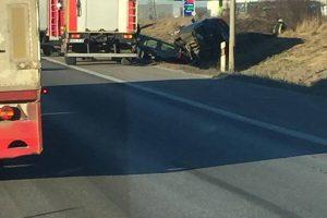 Autostradoje nuo autovežio nukrito du automobiliai, kilo spūstys