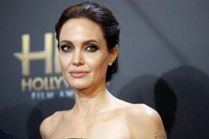 Londono galerija parduoda A. Jolie aktų kolekciją