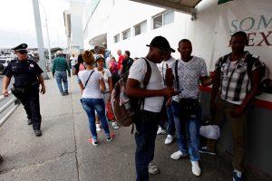 Lenkijos Bažnyčia siūlo skraidinti migrantus nedidelėmis grupelėmis