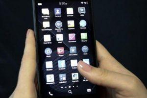 """""""BlackBerry"""" parodė telefoną """"Leap"""" ir prototipą su išlenktu ekranu"""