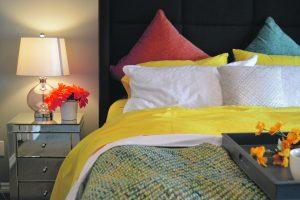Dešimt idėjų, kaip atnaujinti nuobodų miegamąjį