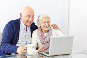 Nedarbingumo pašalpas gaus dirbantys bei vaikus slaugantys seneliai