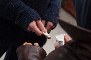 Policija čigonų tabore toliau konfiskuoja narkotikus