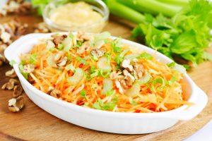 Obuolių, saliero ir morkų salotos