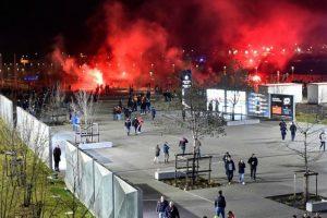 Lione prieš Europos lygos rungtynes futbolo sirgaliai susirėmė su policija