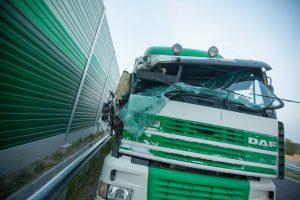 Krovininis automobilis sunkiai sužalojo moterį, ji – komoje