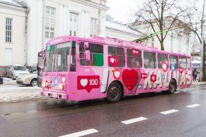 Kauno gatvėse pastebėtas rožinis meilės troleibusas