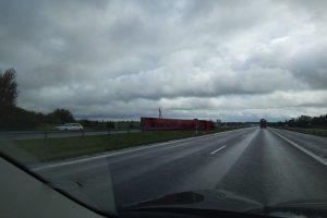 Dėl apvirtusio vilkiko kelyje Kaunas–Klaipėda ribojamas eismas