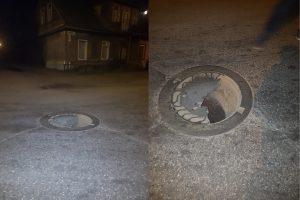 Įspėja skaitytojai: viduryje gatvės – išlūžęs kanalizacijos šulinys