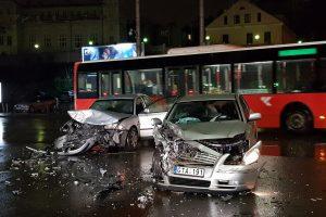 Avarija Kaune: automobiliai – suknežinti, sužaloti du žmonės