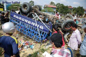 Kambodžoje apvirto darbuotojus vežęs sunkvežimis: sužeista pusšimtis žmonių