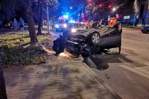 """Naktį girto kauniečio """"VW Golf"""" rėžėsi į medį ir apvirto, yra nukentėjusiųjų"""