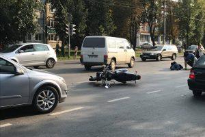 """Savanorių prospekte susidūrė """"Volkswagen"""" ir motociklas, yra sužeistųjų"""