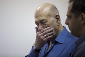 Dėl kyšio teisiamas Izraelio ekspremjeras kalės daugiau nei du metus
