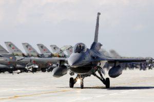 Turkijos aviacija atakuoja kurdus Irake, apie 20 nukauta