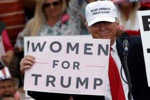 Kaltinimai D. Trumpui: jis grabinėjo mano krūtis!