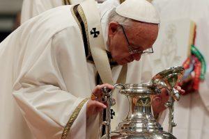 Popiežius nuplaus kojas buvusiems mafijozams