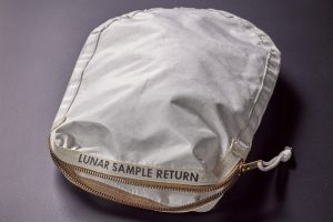 Aukcione parduodamos N. Armstrongo surinktos Mėnulio dulkės