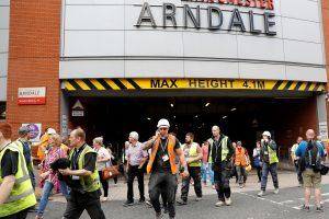 Mančesterį toliau kausto panika: dėl numanomo sprogimo evakuojamas prekybos centras